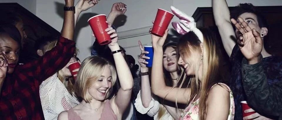 新增86例!猖狂!UVIC附近周末开派对,罚款2,300…糟心!Saanichton学校确诊一例新冠…
