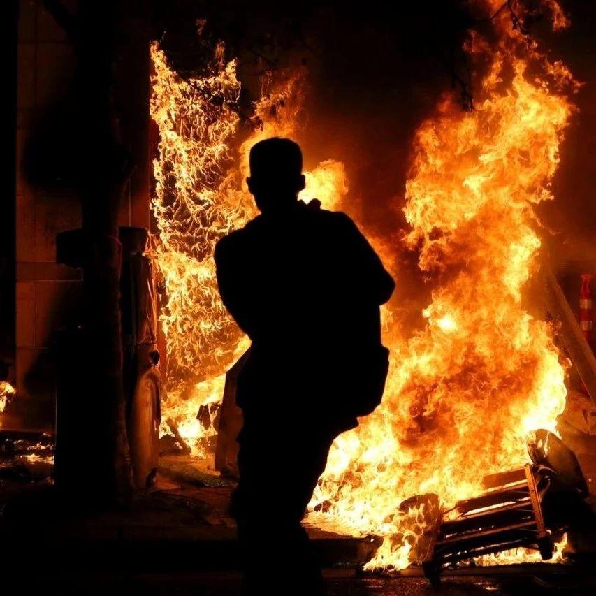闹市区垃圾桶自然着火了?!维多利亚DT两个垃圾桶无故起火。。。
